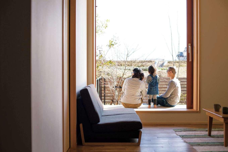 ぴたはうす 安食建設【自然素材、省エネ、間取り】大きな窓を開け、縁側に座って家族仲良く日向ぼっこ