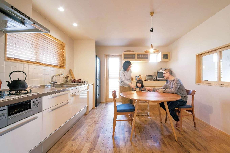 ぴたはうす 安食建設【自然素材、省エネ、間取り】景色を眺めながら料理したいという奥さまの要望に応えて、キッチンは壁付けに。地熱利用の24時間換気システムにより、少ない光熱費で年中快適