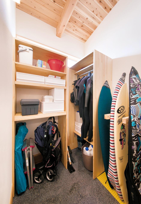 ぴたはうす 安食建設【自然素材、省エネ、間取り】サーフボードやウエットスーツなど、私物のサイズに合わせて玄関の土間に収納棚を造作。天井が高いので圧迫感がなく、道具の出し入れもしやすい