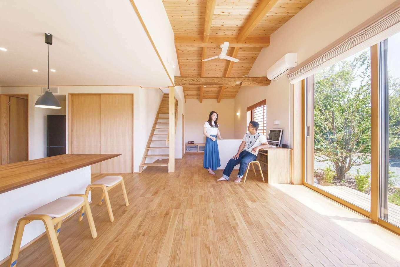 ぴたはうす 安食建設【自然素材、省エネ、間取り】大きな窓と高い天井を採用し、見晴らしのいいロケーションを最大限に活かした開放感あふれるリビング。無垢材と珪藻土が湿気をコントロールし、夏も冬も快適
