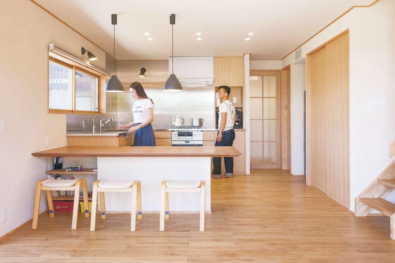 ぴたはうす 安食建設【自然素材、省エネ、間取り】ウォールナットのダイニングテーブルを塗り壁の土台で固定し、キッチンとつなげた。憧れのコの字型キッチンが完成!