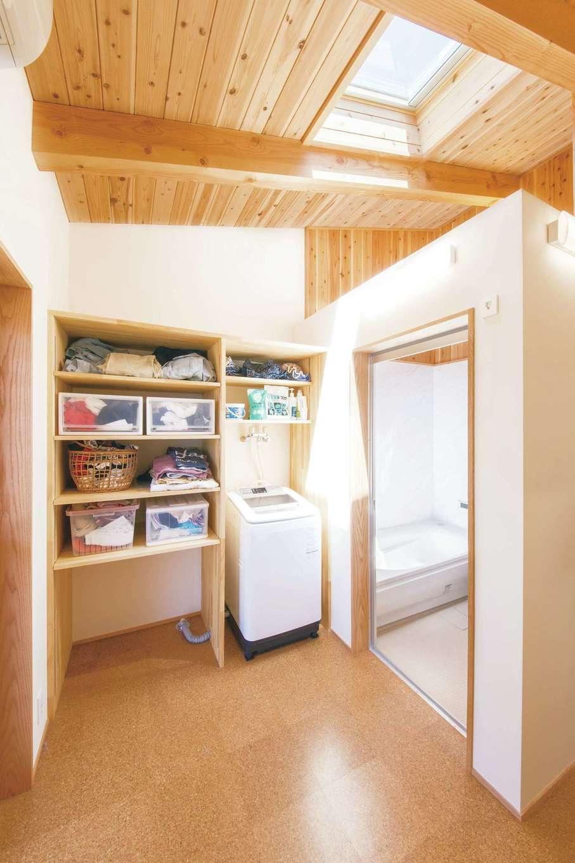 ぴたはうす 安食建設【自然素材、省エネ、間取り】浴室の天井を抜くことで、水蒸気が室内全体に行き渡り、加湿器代わりにもなる。地熱利用の24時間換気システムですぐに乾くのでカビが生えず、室内干しも安心