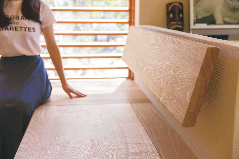 ぴたはうす 安食建設【自然素材、省エネ、間取り】木製サッシの高さと幅にベンチを合わせ、なおかつ背もたれの微妙な角度まで計算して造作するのが『ぴたはうす』のこだわり