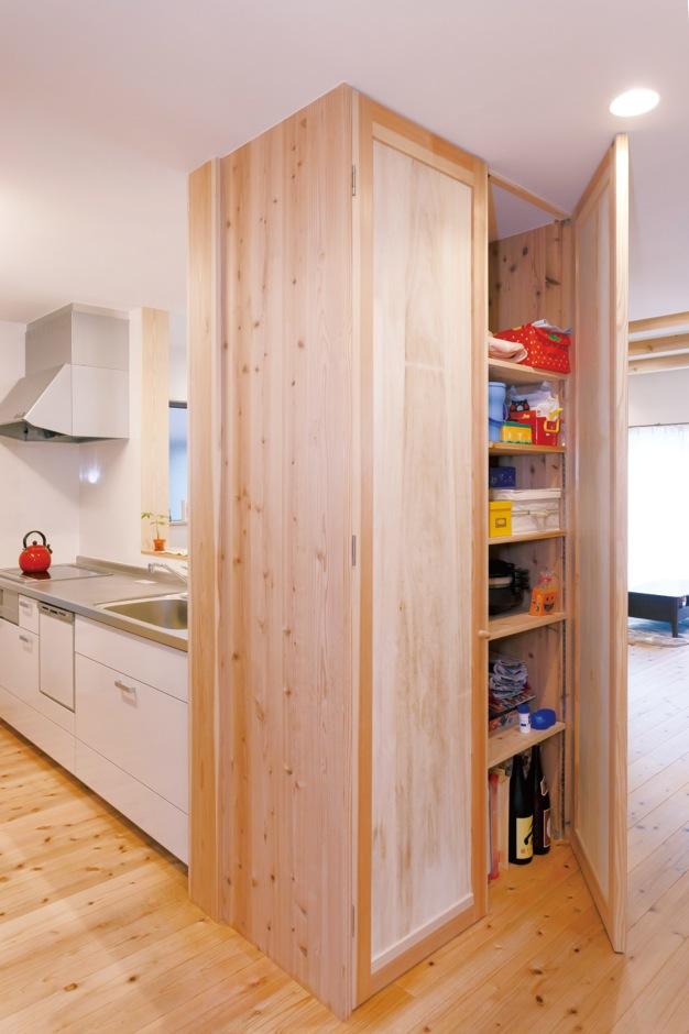 建築工房ハミング【子育て、自然素材、間取り】幅1.2m、奥行き45cmの造作収納は佐々木社長の提案。キッチングッズやリビングで使いたい日用品もすっぽり収納。両開きで一目瞭然。場所も取らず、動線もスッキリ