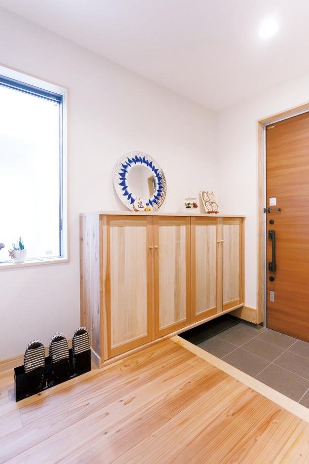建築工房ハミング【子育て、自然素材、間取り】玄関脇に明かり採りの窓を設けたことで、やさしい光が差し込む