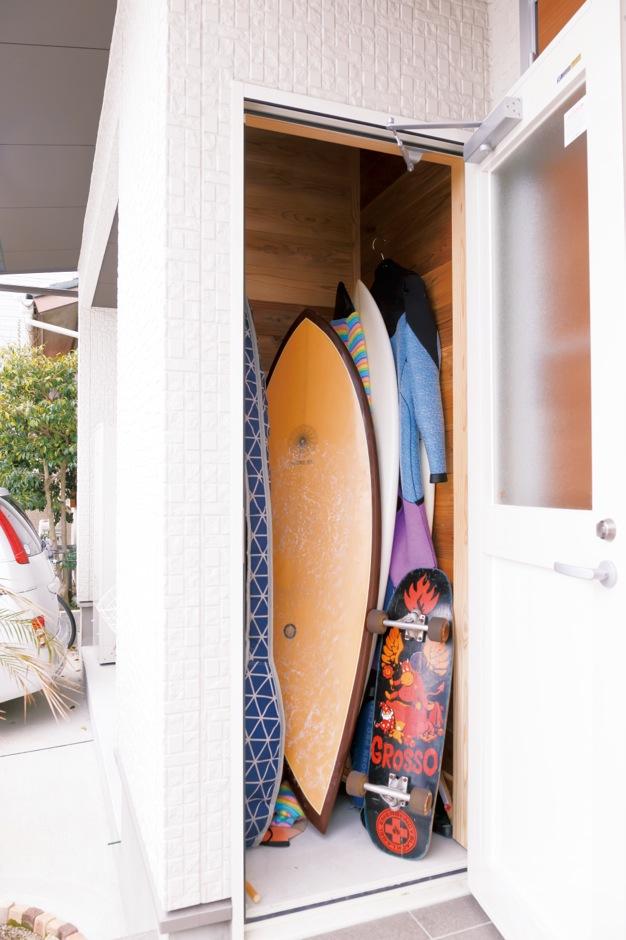 建築工房ハミング【子育て、自然素材、間取り】屋外ポーチに造作したサーフボード収納庫と温水式シャワー