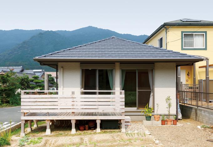 建築工房ハミング【自然素材、夫婦で暮らす、平屋】雄大な山の風景をバックにしたM邸。1mの長い軒が夏の日射遮蔽、冬の日照取得に貢献する