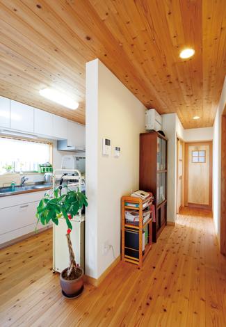建築工房ハミング【自然素材、夫婦で暮らす、平屋】廊下とキッチンの間の壁を中心から少しずらしただけで、開放感がまったく違う。住宅建築の知識と経験が豊富な佐々木社長ならではの設計の妙