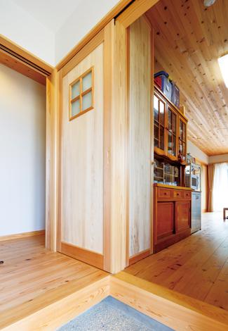 建築工房ハミング【自然素材、夫婦で暮らす、平屋】玄関を入ってすぐ右側にパントリー、キッチンがあるので、買い物から帰って来た時の負担が少ない