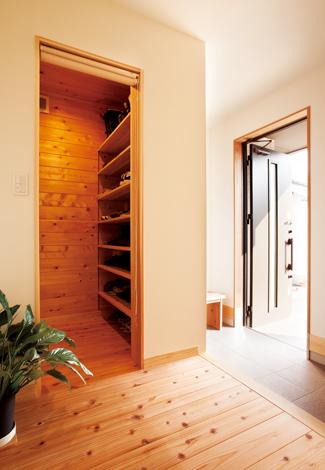 框を上がった場所にシューズクロークを設けたことで、玄関を広く使える。クローク内は無垢のサワラ材を使用