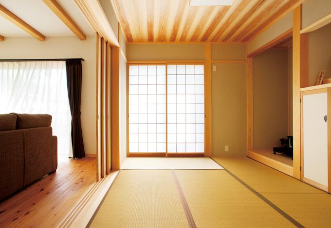 節なしの杉を天井に貼った和室。敷居鴨居は匠の手刻みで加工した一枚板を使用。国産の無垢材だからこそ実現できる、時を経るごとに風合いと艶を増す贅沢な空間