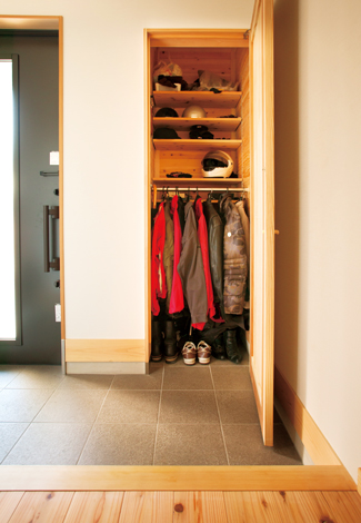 建築工房ハミング【収納力、自然素材、省エネ】ご主人のバイク用品専用の収納庫を玄関ホールに設置。何がどこにあるのか一目瞭然で使いやすい