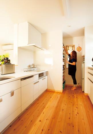 大人4人が入っても混雑しないキッチンはゆとりの7畳。床が無垢だから、冬でも足元が寒くない