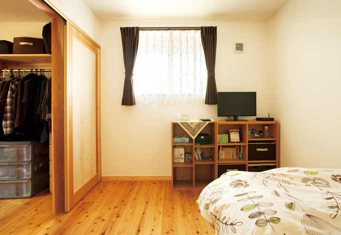建築工房ハミング【収納力、自然素材、省エネ】奥さまの寝室には4.5 畳のウォークインクローゼットを完備