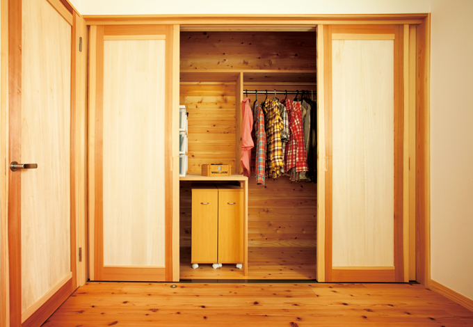 各居室に備えた『ハミング』標準のクローゼット。内部の板はすべて無垢の杉を使い、調湿効果を高める。棚も造作して、「しまいやすく出しやすい」収納を実現