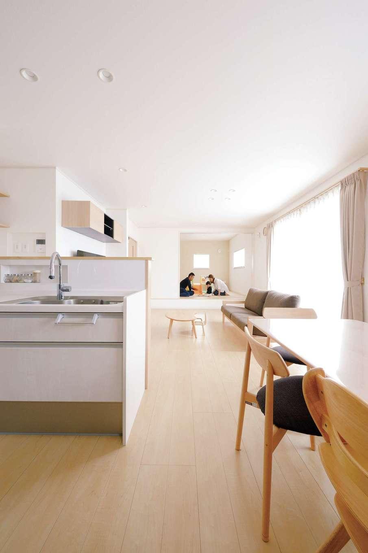 蔵一産業【子育て、省エネ、間取り】LDKと和室を合わせると約27畳の大空間。玄関からも出入りできる小上がりの和室はゲスト用の寝室にも