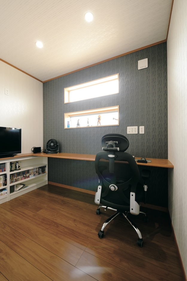 蔵一産業【子育て、省エネ、間取り】2階にあるご主人の書斎。3畳のスペースながら、造り付けカウンターや本棚、アクセントになる採光窓のおかげで広々