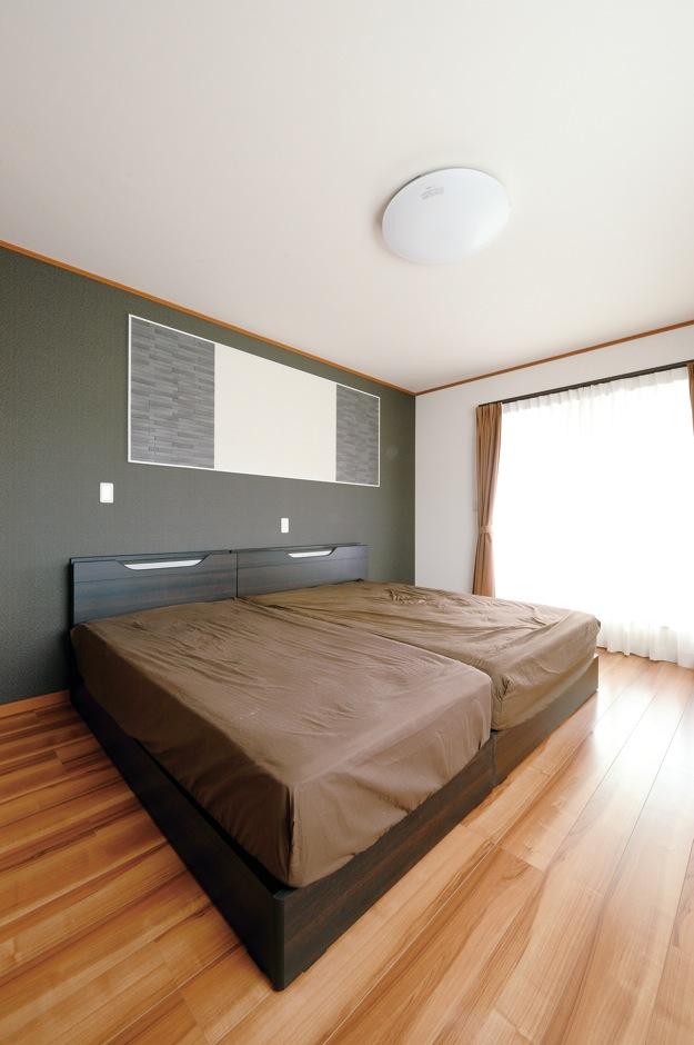 蔵一産業【子育て、省エネ、間取り】寝室にはグレーの壁紙を張り、シックで落ち着いた印象に