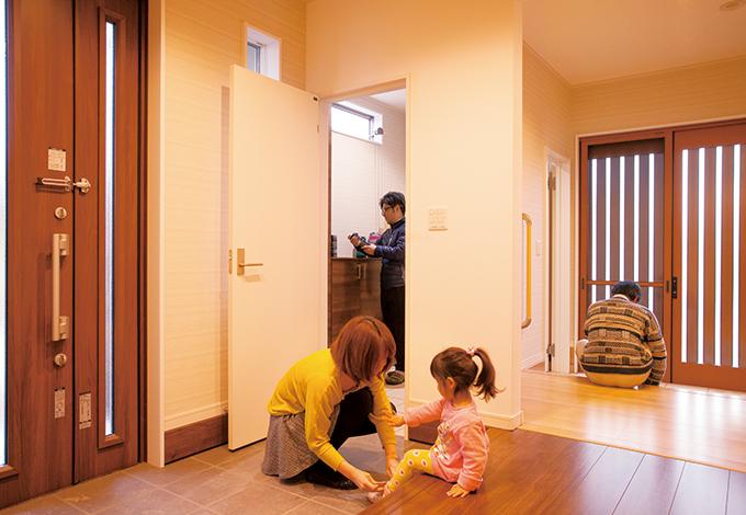 蔵一産業【デザイン住宅、収納力、二世帯住宅】2WAYのシューズクロークは、二世帯共有で親世帯からも入れて便利