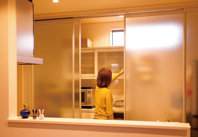 蔵一産業【デザイン住宅、収納力、二世帯住宅】1階も2階もキッチンのバックヤードに半透明の引き戸を設置。高窓を付けたことで、戸を閉めても採光と通風を確保できる