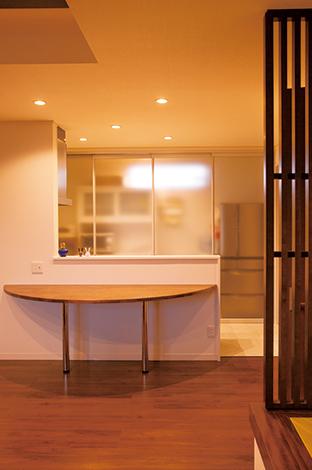 蔵一産業【デザイン住宅、収納力、二世帯住宅】2階のダイニングキッチン。半月のダイニングテーブルはご主人のこだわりで、デザインと使い勝手を両立