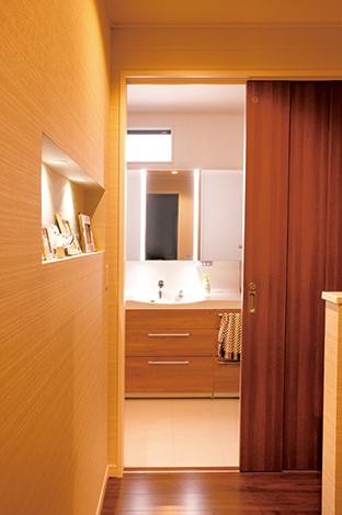 蔵一産業【デザイン住宅、収納力、二世帯住宅】洗面台は親子3人が横に並んで歯磨きできる大きな鏡を設置。プライバシーを考えて、窓も高い位置に小さく設けた