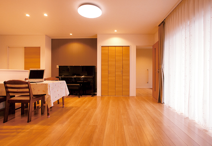 蔵一産業【デザイン住宅、収納力、二世帯住宅】1階、親世帯のリビング。陽当たり、風通しも申し分ない