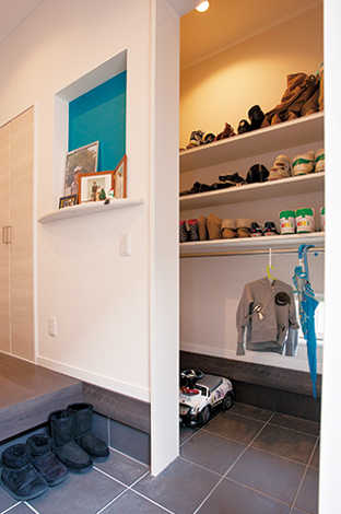 蔵一産業【1000万円台、子育て、収納力】靴箱替わりに玄関収納を用意。手持ちの靴やベビーカーのサイズに合わせ、棚の高さを決めた