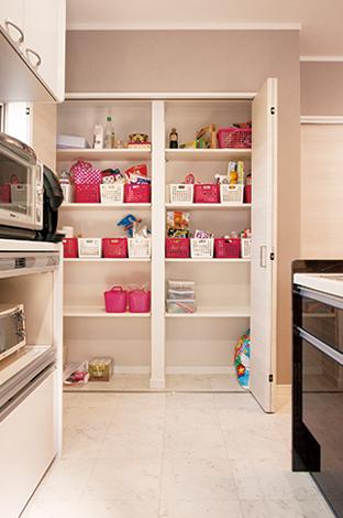 蔵一産業【1000万円台、子育て、収納力】たっぷり収納できる食品庫のおかげ で、キッチンは常にすっ きり