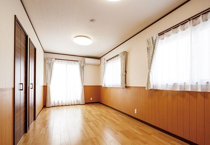 南面バルコニーに面した明るい子ども部屋。2つに仕切らないと決め、ドアは1か所のみ。左に見える2つの扉はクローゼット