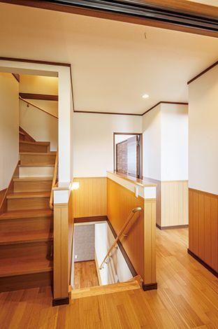 小屋裏部屋へと続く造作の階段。子どもたちの冒険心をくすぐる空間だ