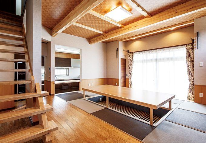 リビングダイニングの床は無垢のナラ材、木のように見える腰壁と天井は和柄のクロス