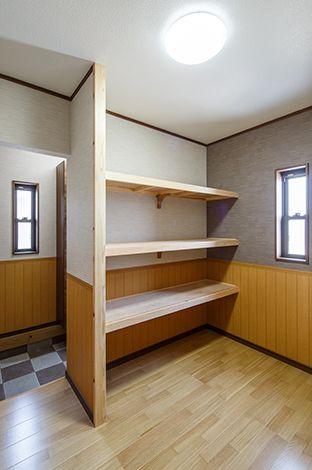 玄関からひとつながりの収納部屋。大容量で使い勝手が良さそう!