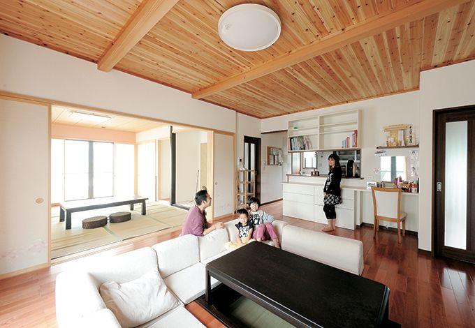 和室と二間続きの広々LDK。サクラの床とスギの現し天井に癒される。全開口の襖が空間をより広く見せる。リビングはゆったり寛げる掘りごたつ式