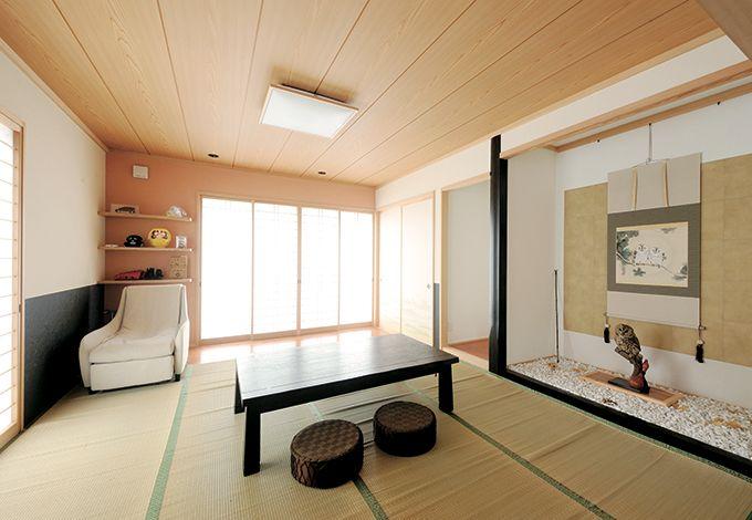 床の間、仏間、押入れのある本格和室。窓を開ければ故郷の福井を思わせる田んぼが広がる