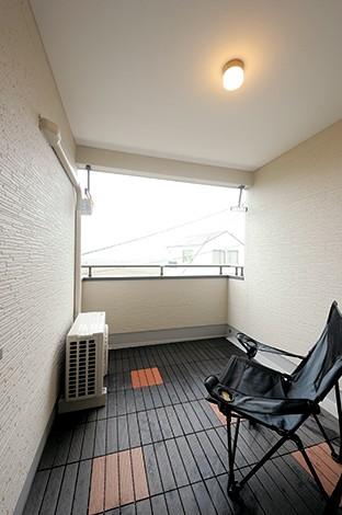主寝室からスムーズに出入りできるインナーテラスは、ご主人専用のプライベート空間。リゾートをイメージして造ったこの場所でお酒を飲んだり、煙草を吸いながら景色を楽しむのが至福のひととき