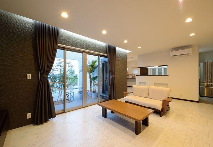 セイケンハウス【デザイン住宅、高級住宅、間取り】開放感あふれるLDKは24畳の大空間。外と中をつなぐ中庭が家族やゲストとのコミュニケーションをより高める