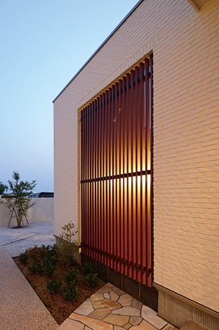 セイケンハウス【デザイン住宅、高級住宅、間取り】中庭の東側は意匠的な格子でさり気なく目隠しを