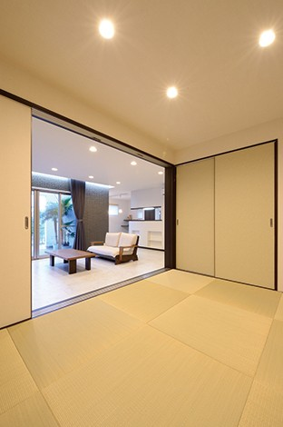 セイケンハウス【デザイン住宅、高級住宅、間取り】小上がりの畳コーナーから見たL D K 。間仕切りできるので、ゲストの宿泊にも使える