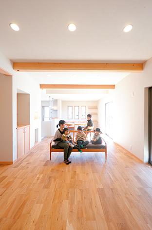 南面の大きな窓から陽が射し込むLDK。ナラ材の床と米松の梁に心が癒される