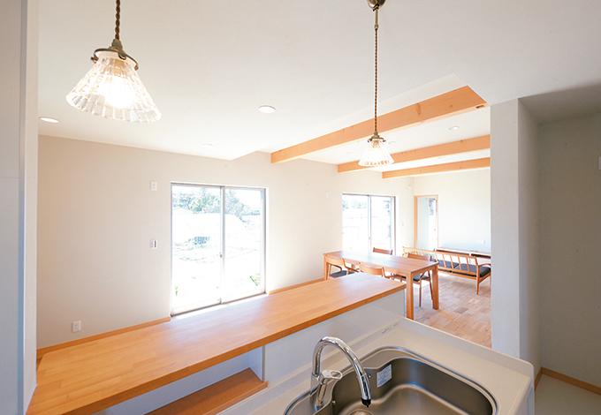 間仕切りのないフルオープンな空間。子どもたちの様子が料理中もわかるよう、キッチンは対面式に