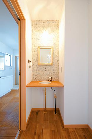 洗面のモザイクタイル、真鍮の水栓など、ディテールまで深谷氏がセンスよく提案