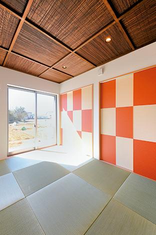 畳スペースがリビングの続きにあると、子育て時期はとても便利。琉球畳と大胆な市松模様 の襖のコントラストはセイケンハウスならでは