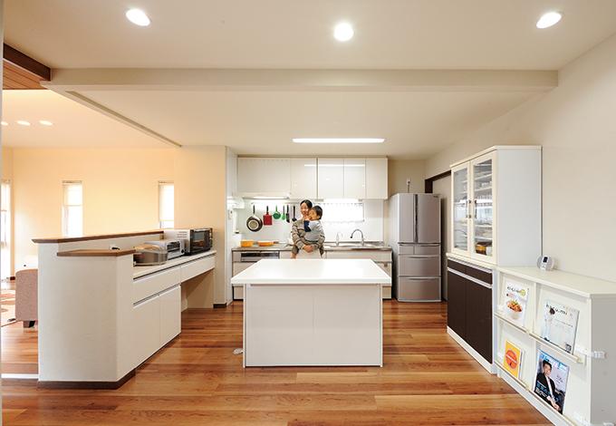 セイケンハウス【デザイン住宅、収納力、間取り】デザインと動線にこだわった奥さま自慢のキッチン。独立型の作業台はパンやクッキーを作りながら家族と会話できるし、配膳時にも大活躍