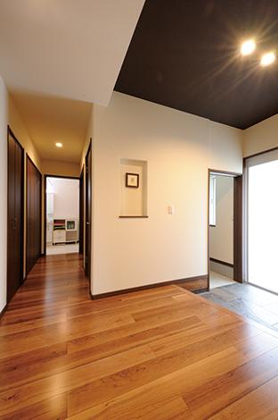 セイケンハウス【デザイン住宅、収納力、間取り】玄関からシューズクローク、洗面台、浴室、さらにキッチンへとつながる便利な動線。子どもが泥んこで帰って来ても玄関はいつもキレイ
