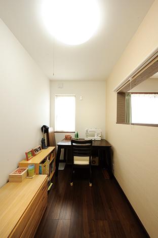 セイケンハウス【デザイン住宅、収納力、間取り】ミシンやアイロンがけをする奥さま専用の広々とした家事室。リビングにも庭にも目が届くので安心
