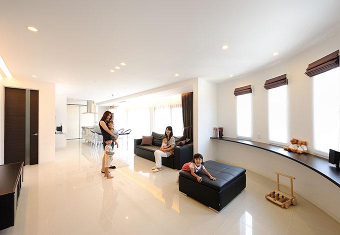 セイケンハウス【デザイン住宅、間取り、ガレージ】採光と通風を確保し、さらに隣家からの目線を外した2 階LDK は35 畳のワイドスパン。Rのコーナーは、 子どもたちの勉強スペースに