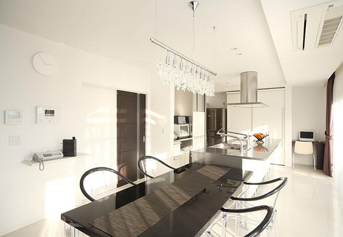 セイケンハウス【デザイン住宅、間取り、ガレージ】真っ白なダイニングに黒いテーブルとお洒落な照明がよく映える