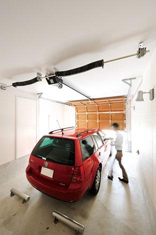セイケンハウス【デザイン住宅、間取り、ガレージ】ご主人こだわりのビルトインガレー ジ。白い外観とのコントラストを考慮 して、シャッターは無垢の木の「オー バースライダー」を採用した