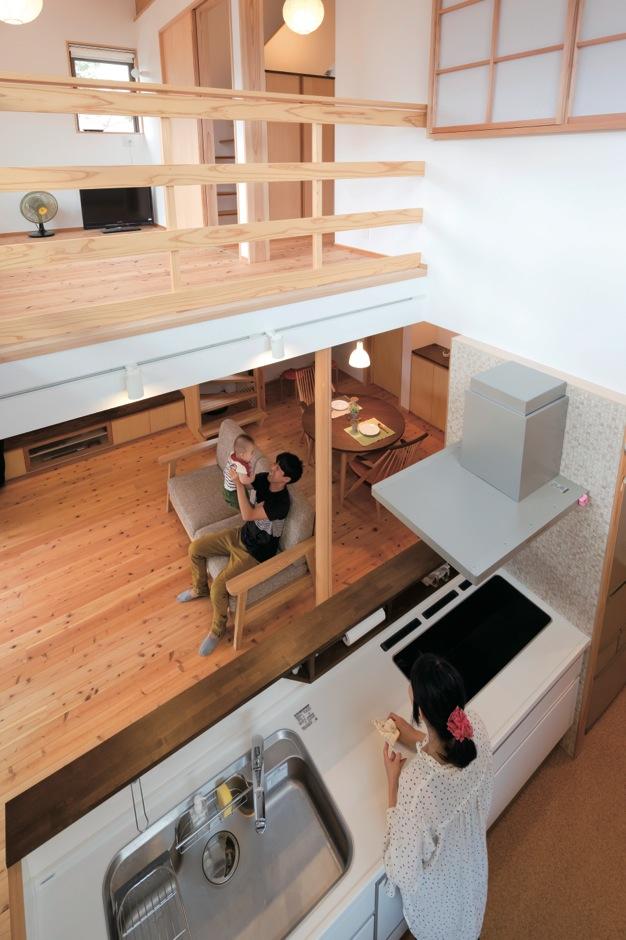 あだちの家。足立建築【狭小住宅、省エネ、間取り】吹き抜けを通して、2階にいる家族の気配を感じることができる